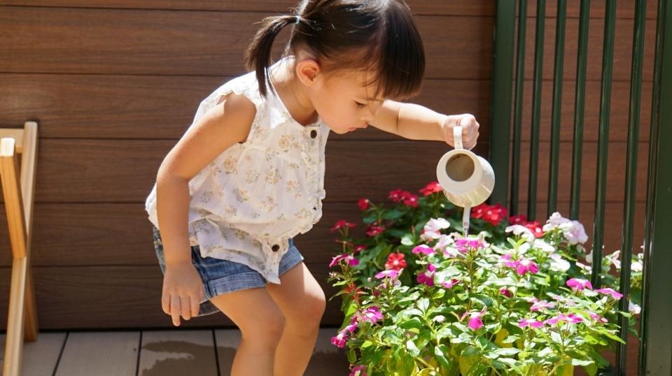 幫花兒澆澆水