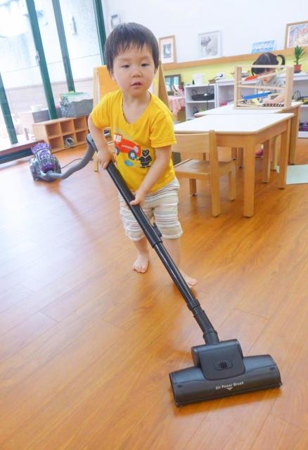幫忙用吸塵器打掃教室