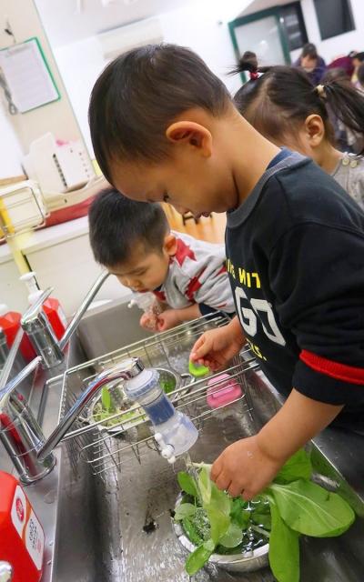 孩子們一起洗菜