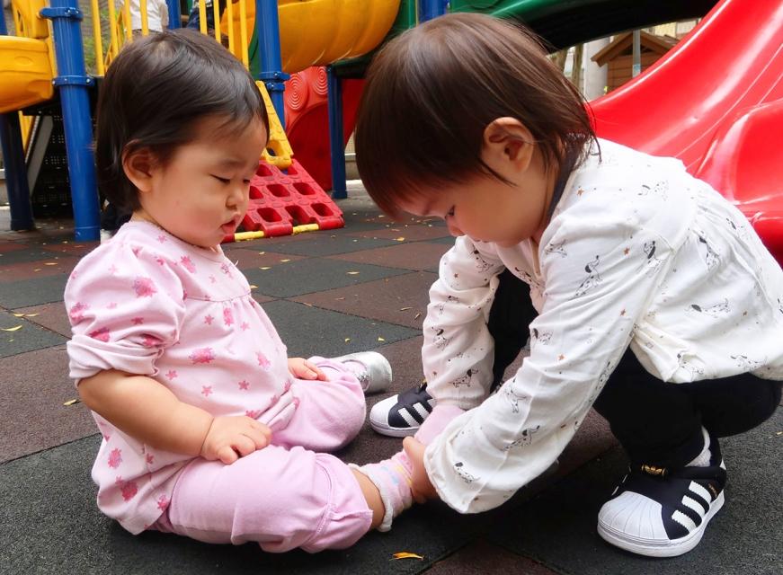 來!姊姊幫你穿鞋