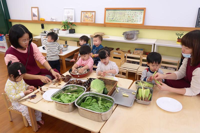 孩子們一起幫忙餐前準備